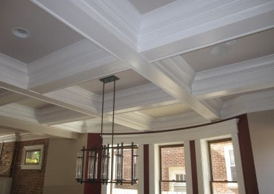 This gorgeous ceiling trim detail is absolutelystunning.