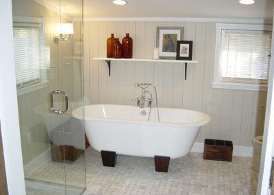 Trendy free standing tub. Mix old style with new concepts for a great look